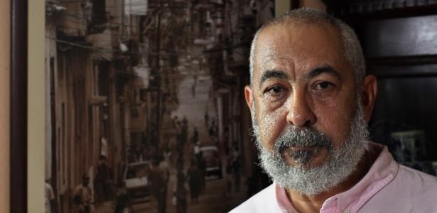 26.dez.2014 - O escritor cubano Leonardo Padura posa em sua casa, no bairro de Mantilla, em Havana (Cuba) - Alejandro Ernesto/EFE