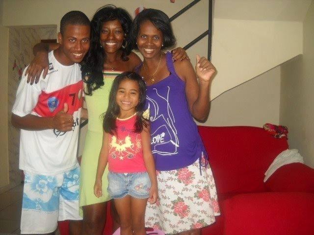 """Ao lado da mãe (à dir.), Katia Santos e dos familiares. Em uma das fotos do brother no Facebook, Katia diz que o filho é cabeça dura -- """"Lu, apesar da sua cabeça dura, mamãe te ama"""", escreveu ela"""