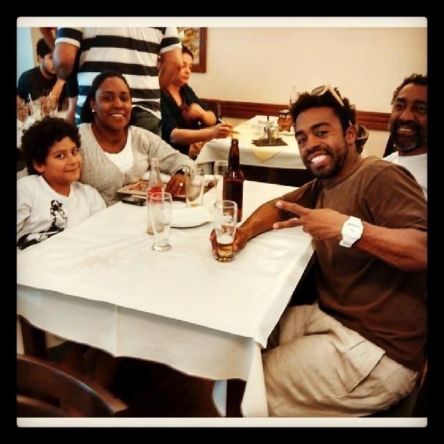Douglas Ferreira com o sobrinho, a irmã e o pai