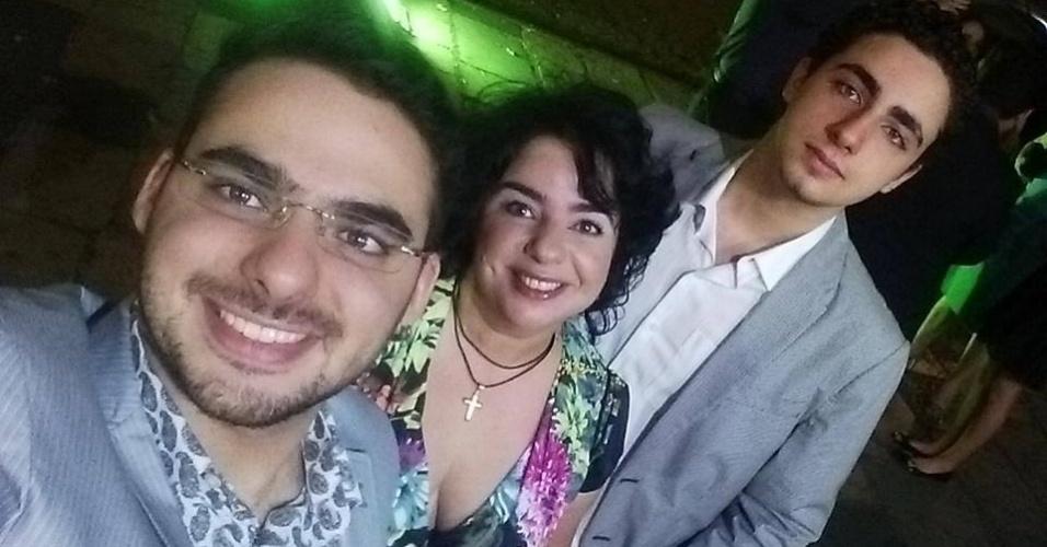 Mariza Moreira, ao lado dos dois filhos, Caio Rocco, de óculos, e João Eduardo