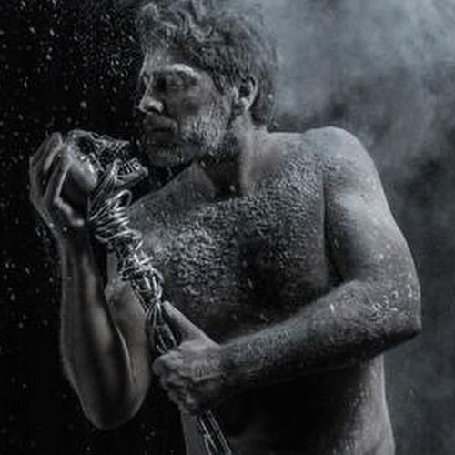 """13.jan.2014 - Namorado de Xuxa, Junno Andrade aparece sem camisa em uma foto promocional do espetáculo musical """"Cinza"""""""