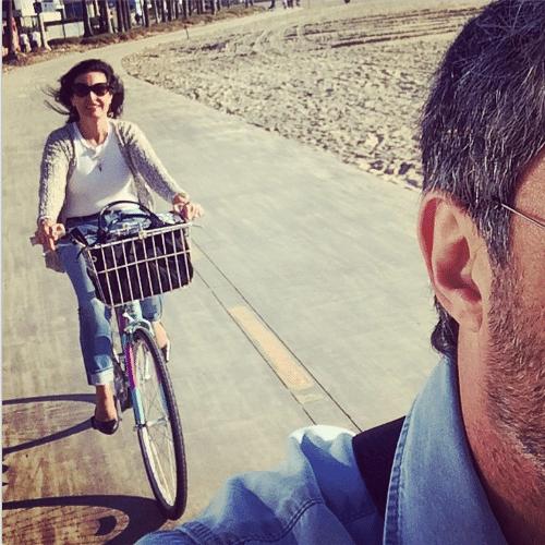 13.jan.2015 - Em viagem de férias à Califórnia, nos Estados Unidos, William Bonner passeia de bicicleta e fotografa a mulher, Fátima Bernardes, que vem logo atrás também em cima de duas rodas