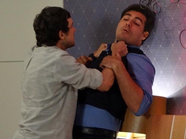 14.jan.2015 - Caíque (Sergio Guizé) não aguenta as provocações de Marcos (Thiago Lacerda) sobre o fim de seu relacionamento com Laura (Nathalia Dill) e parte para a briga