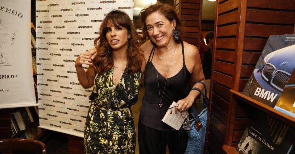 14.jan.2015 - Lília Cabral abraça Maria Ribeiro no lançamento do livro de crônicas