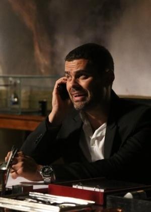 Maurílio faz ligação misteriosa e pede permissão para matar Cristina