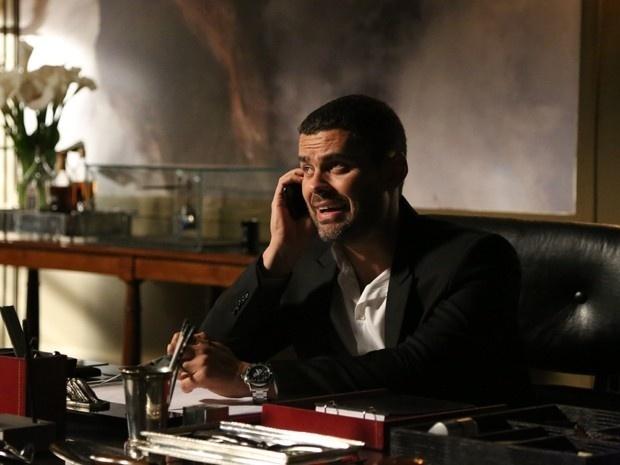 14.jan.2015 - Maurílio (Carmo Dalla Vechia) faz ligação misteriosa e pede permissão para matar Cristina (Leandra Leal)