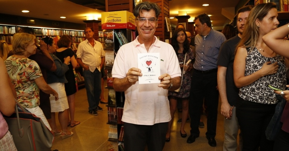 14.jan.2015 - Paulo Betti garantiu seu exemplar no lançamento do livro de crônicas