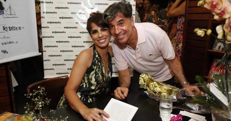 14.jan.2015 - Paulo Betti posa com a ex-mulher Maria Ribeiro no lançamento do livro de crônicas da atriz