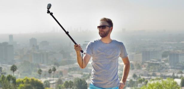 O pau de selfie também é chamado de extensor, monopod e selfie stick - Getty Images