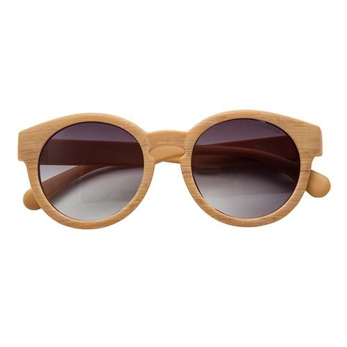 Modelo com armação em madeira e lentes com proteção UVA e UVB, da Rosa Chá 607ff93a60