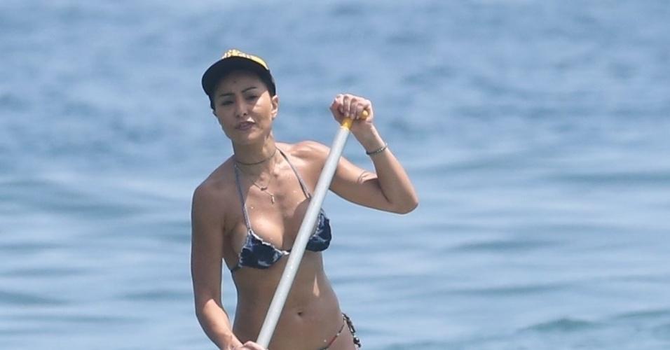 15.jan.2015 - Após ensaio com a Vila Isabel na rua, Sabrina Sato aproveita a quinta-feira para praticar stand up paddle na praia da Barra da Tijuca, no Rio