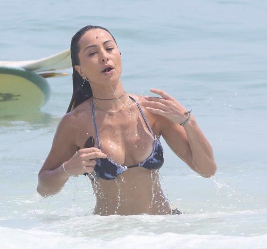 """15.jan.2015 - Após ensaio com a Vila Isabel na rua, Sabrina Sato toma banho de mar na praia da Barra da Tijuca, no Rio, e """"paga peitinho"""""""
