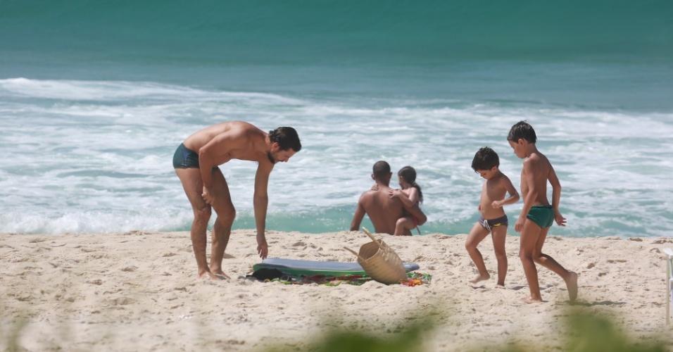 15.jan.2015 - Daniel e os filhos, Raul e Moisés, frutos da sua da união com Vanessa Giácomo, se divertiram nas areias da praia do Grumari, Zona Oeste do Rio de Janeiro