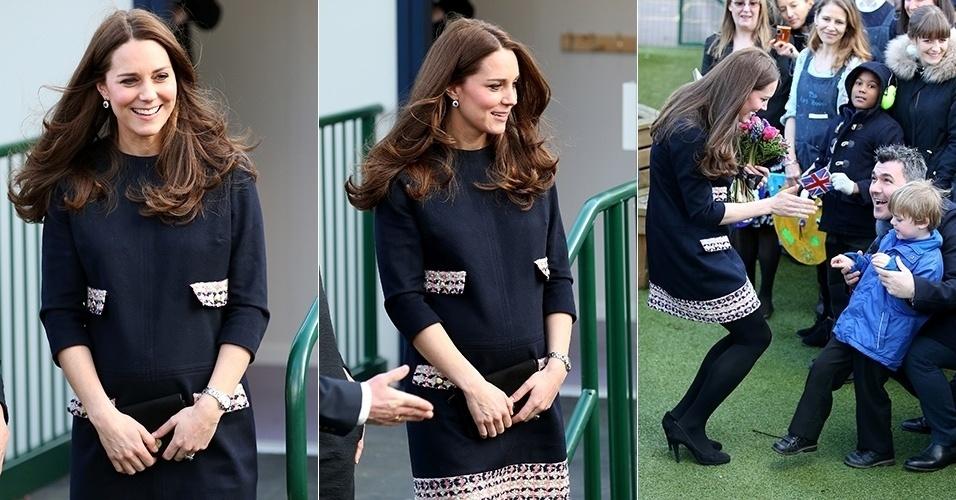 15.jan.2015 - Exibindo a barriguinha de grávida, Kate Middleton visita escola primária de Londres e conversa com crianças. A Duquesa de Cambridge é patronesse do The Art Room, projeto de arte-terapia da escola