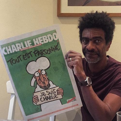 15.jan.2015 - Helio de La Peña segura, orgulhoso, edição histórica do jornal francês Charlie Hebdo, produzido após os ataques terroristas à redação