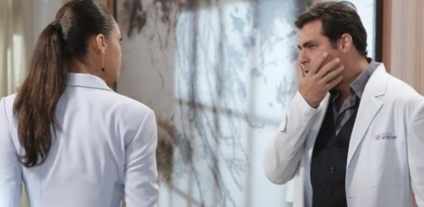 Ele leva um tapa na cara da secretária, que se irritou pela forma como foi tratada e diz que sabe da última mentira do médico