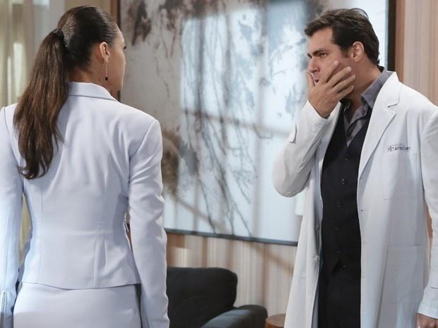 15.jan.2015 - Marcos leva um tapa na cara da secretária, que se irritou pela forma como foi tratada e lembrou que sabe da última mentira do médico