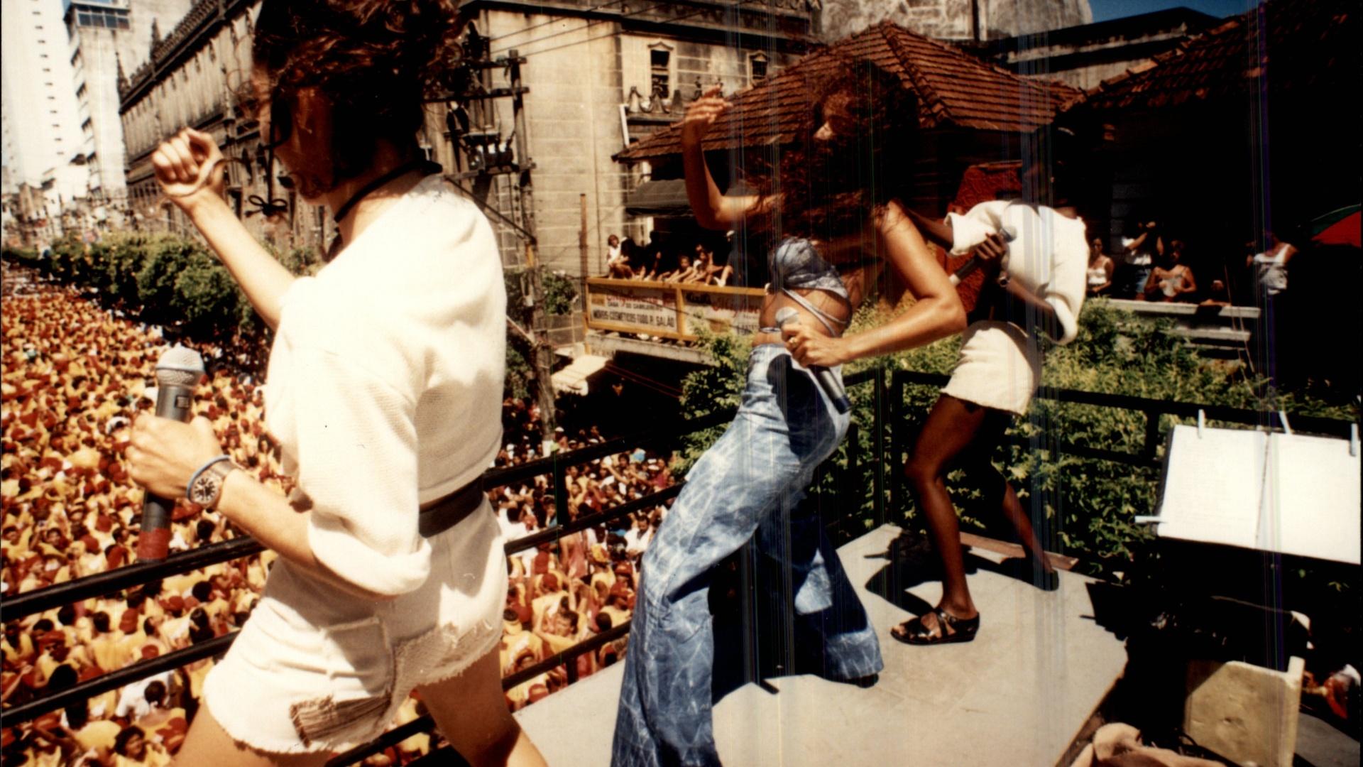 Daniela Mercury anima foliões de cima de seu trio no Carnaval de 1994 em Salvador