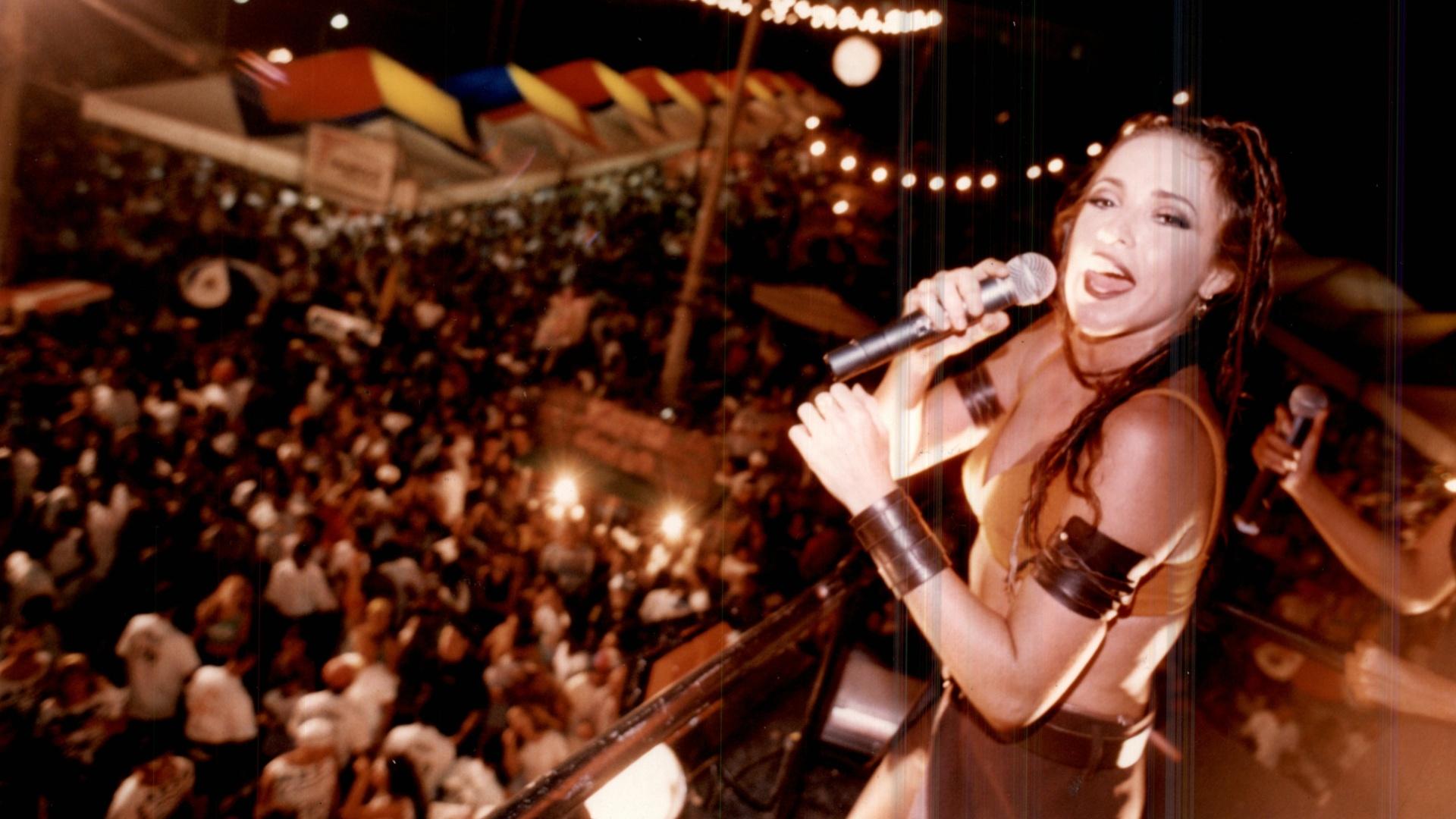 Daniela Mercury canta em trio elétrico no Carnaval de Salvador de 1996