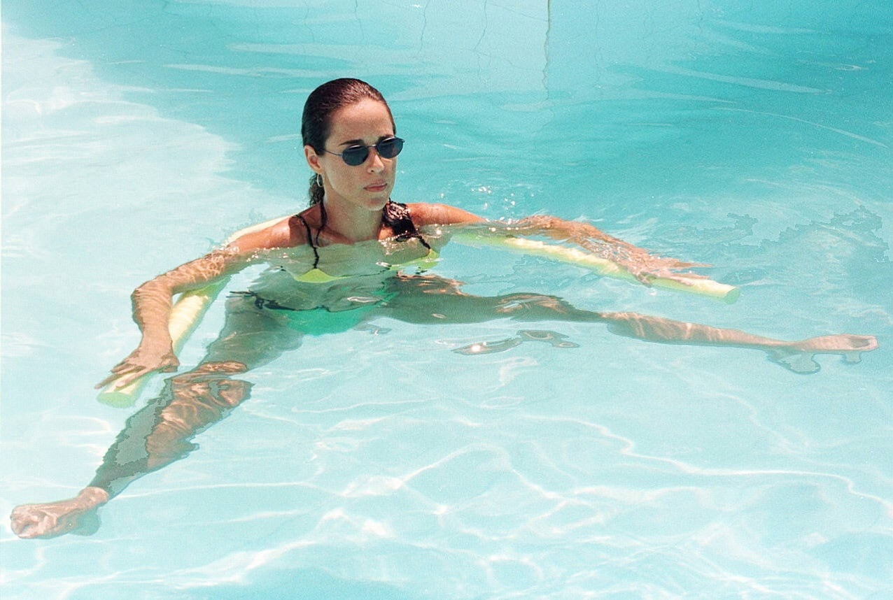 Daniela Mercury se refresca na piscina de sua casa, no condomínio Encanto das Águas, em 1998