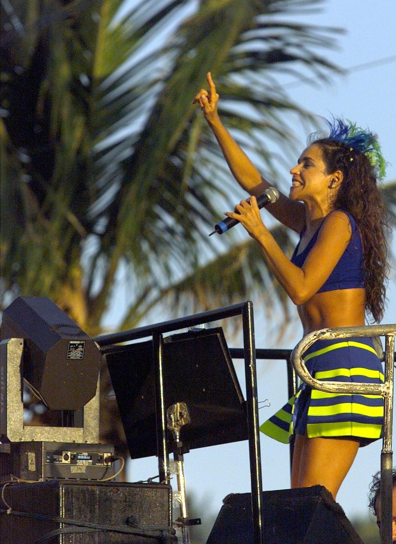 No Carnaval de 1999, Daniela Mercury canta em trio elétrico na Barra, em Salvador