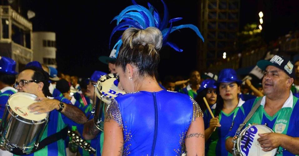 15.jan.2015 - Dani Bolina escolheu um look brilhante para cair no samba no primeiro ensaio técnico da Vila Maria no Anhembi, em São Paulo, nesta quinta-feira. De frente e verso, a ex-panicat, que é madrinha de bateria da agremiação, arrasou e levantou a galera