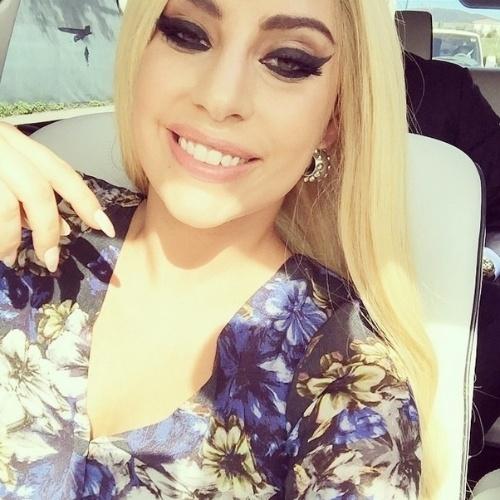 16.jan.2014 - Após publicar fotos sem maquiagem, Lady Gaga surgiu maquiadíssima e praticamente irreconhecível em uma foto no Instagram na tarde desta sexta-feira. A cantora contou que estava indo para um almoço de sua fundação Born This Way Foundation
