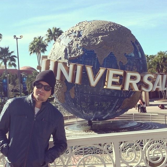 """16.jan.2015 - Antes de reestrear no """"CQC"""", na Band, Rafael Cortez curte férias em Orlando, nos Estados Unidos. Nesta sexta-feira, o apresentador posou no parque do estúdio Universal e, claro, fez piada. """"Uma homenagem aos meus ex-patrões da Record, direto dos EUA"""", brincou"""