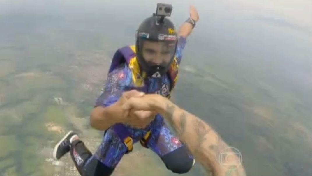 16.jan.2015 - Caio Castro salta de paraquedas