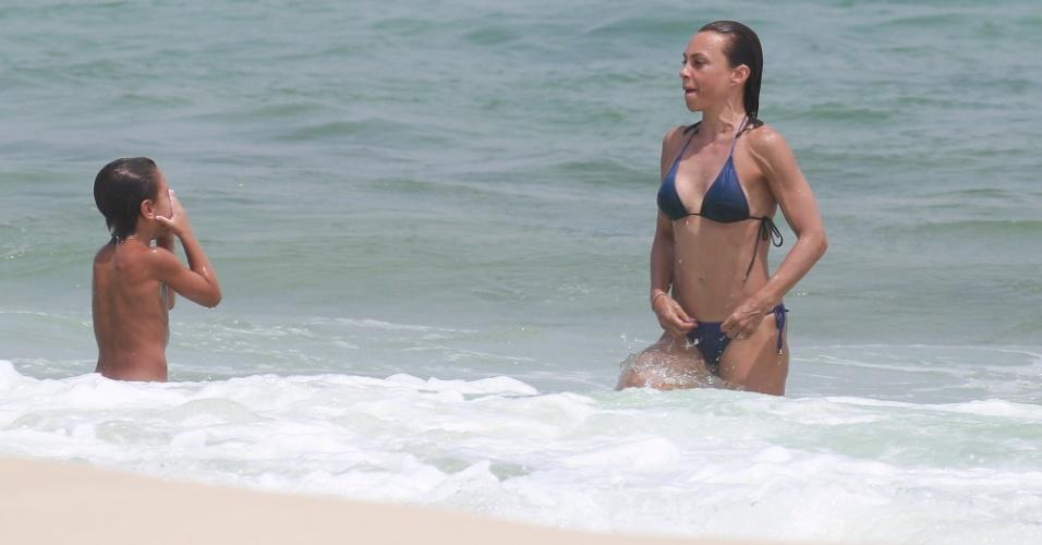 16.jan.2015 - Carla Marins curte dia de sol na praia da Barra da Tijuca, no Rio, nesta sexta-feira (16). Durante o mergulho, a atriz de 46 anos exibiu sua boa forma