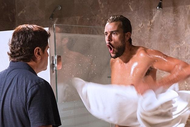 16.jan.2015 - Enrico (Joaquim Lopes) fica chocado com ousadia de Felipe (Laercio Fonseca), que arranca sua toalha