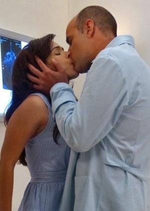 Médico não resiste e beija a enfermeira, por quem é apaixonado