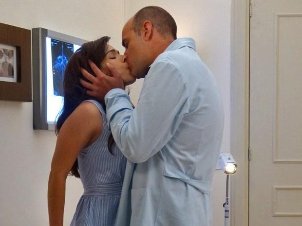 16.jan.2015 - Médico não resiste e beija a enfermeira, por quem é apaixonado