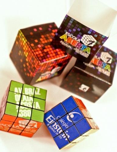 convites para festa de aniversário | Convite em forma de cubo mágico, da Dom Bosco (www.domboscobrasil.com). Por R$ 35,80 (unidade/pedido mínimo: 50 unidades). Preço pesquisado em janeiro de 2015, sujeito a alterações