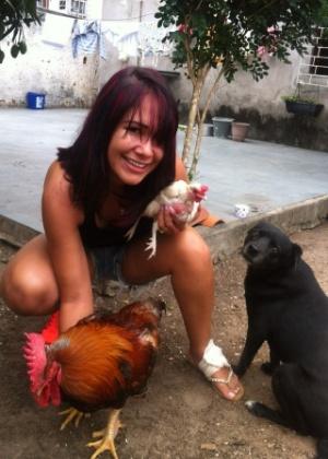 """A ex-BBB Jakeline posa com o galo Fabiano: """"Sou apaixonada, ele parece um cachorro"""""""