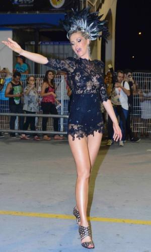 16.jan.2015 - Ana Hickmann usa vestido curto e transparente e exibe seus 1,20m de pernas no ensaio técnico da Vai Vai no sambódromo do Anhembi, na zona norte de São Paulo, na noite desta sexta-feira