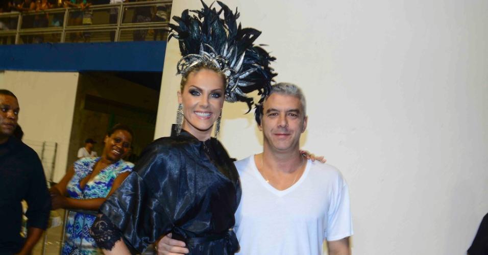 16.jan.2015 - Ao lado marido, Alexandre Corrêa, Ana Hickmann participa do ensaio técnico da Vai Vai no sambódromo do Anhembi, na zona norte de São Paulo, na noite desta sexta-feira