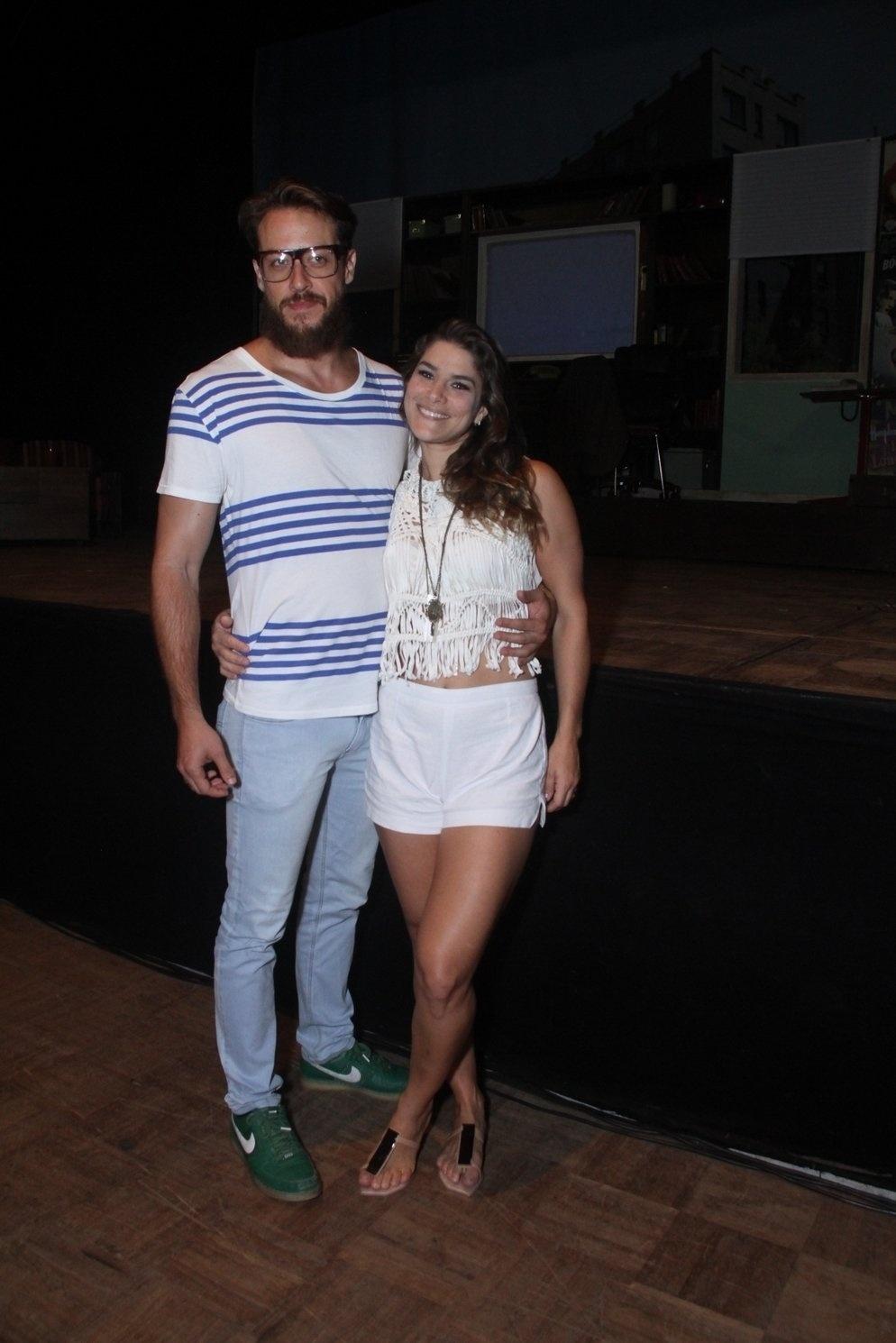 16.jan.2015 - Priscila Fantin e o marido, Renan Abreu, logo após a estreia do espetáculo