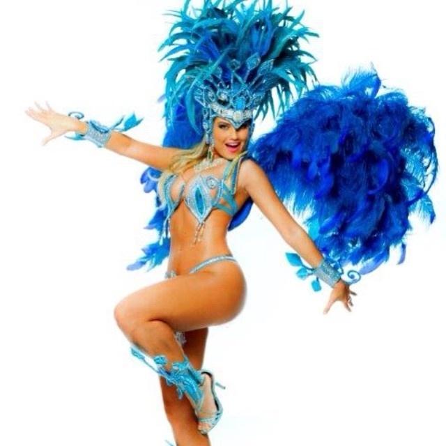 """17.jan.2015 - No início da noite deste sábado (17), Ellen Roche postou em seu Instagram uma imagem convidando os torcedores da Escola de Samba Rosas de Ouro para assistirem o ensaio técnico no Anhembi. A atriz escreveu na legenda. """"É hoje! Ensaio técnico da Roseira no Anhembi à meia noite. Espero vocês lá  #rosasdeouro #carnaval2015 #rainhadebateria #roseiraencantada"""