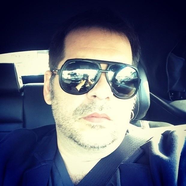 """17.jan.2015- Depois de fazer uma cirurgia bariátrica no começo de novembro, Leandro Hassum já começa a mostrar que está bem mais magro. O ator, que perdeu 17 kg até agora, não esconde uma certa vaidade. No início da noite deste sábado (17), ele postou uma foto em seu Instagram com  pinta de mocinho de novela. ?Pagando de sério. #oculosnovo"""", escreveu na legenda"""