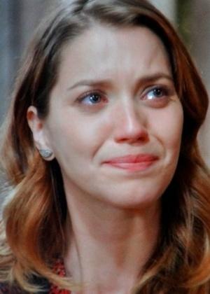 Laura (Nathalia Dill) pede ajuda à Samantha (Claudia Raia) para voltar com Caíque (Sergio Guizé), mas a vidente diz que o médico não gosta mais da jornalista