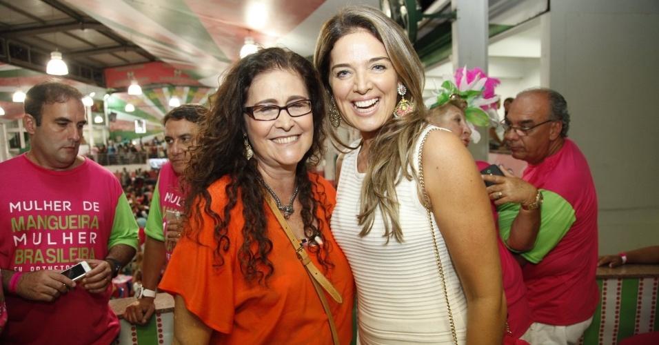 18.jan.2015 - A cantora Joana e Vanessa Oliveira vão ao ensaio da Mangueira na noite de sábado, no Rio
