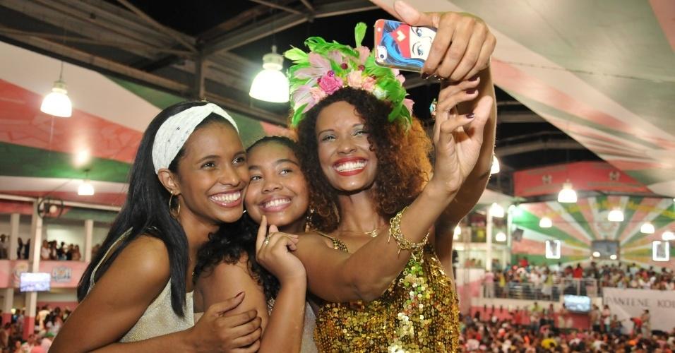 18.jan.2015 - Atriz Isabel Fillardis faz uma selfie com Jaqueline e a filha Analuz na quadra da Mangueira