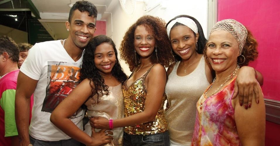 18.jan.2015 - Atriz Isabel Fillardis vai ao ensaio da Mangueira e leva a família toda