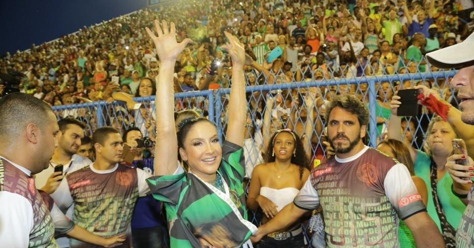 18.jan.2015 - Com um roupão personalizado e um grande time de seguranças a sua volta, Claudia Leitte parecia feliz com a sua estreia na Marques de Sapucaí como rainha de bateria de um escola de samba carioca