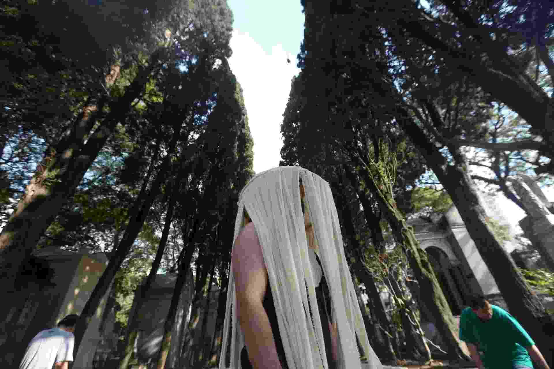 18.jan.2015 - Companhia EmFoco, de Fortaleza, é conhecida em sua cidade por fazer espetáculos polêmicos em locais inusitados, como ônibus e cemitério - Ricardo Matsukawa/UOL
