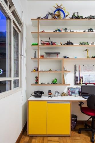 O quarto do filho tem todos os equipamentos e objetos guardados em uma estante com acabamentos coloridos: computador, TV, som, violão, brinquedos e livros compõem esse universo. O apê Barão do Tietê foi reformado pelos arquitetos Marcelo Barbosa e Ana Mello