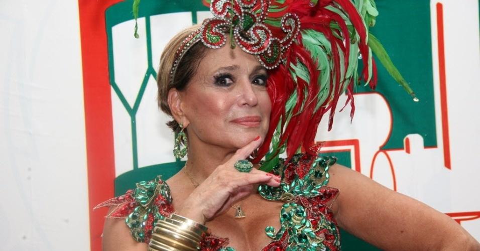 14.jan.2015 - Susana Vieira desfilou cabelos curtíssimos e superloiros em ensaio na quadra da Grande Rio