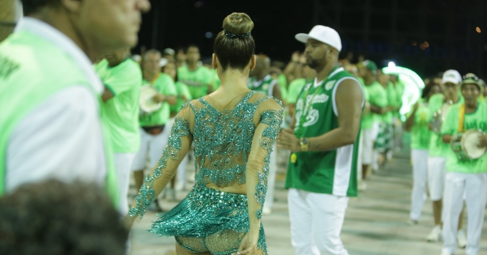 18.jan.2015- A fantasia toda verde que Claudia usou no ensaio técnico da Mocidade na Sapucaí não era muito ousada