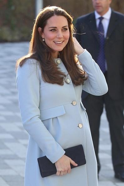 19.jan.2015 - Kate Middleton inaugura centro para crianças e jovens e fala sobre a gravidez de seis meses